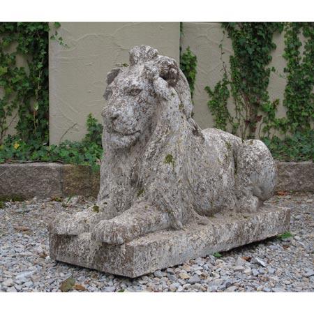 Anmutig liegender Löwe