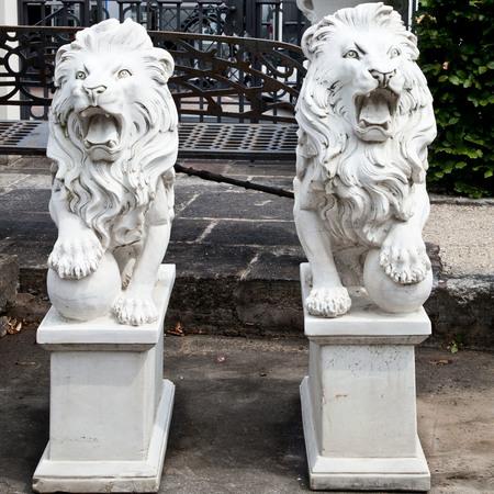 Marmor Löwenpaar, 21. Jahrhundert