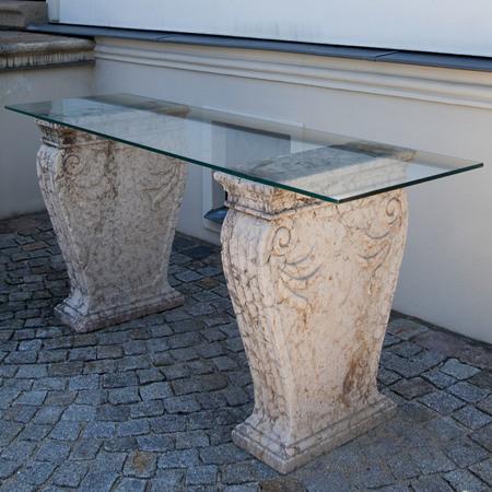 Glaskonsole mit zwei Marmorwangen