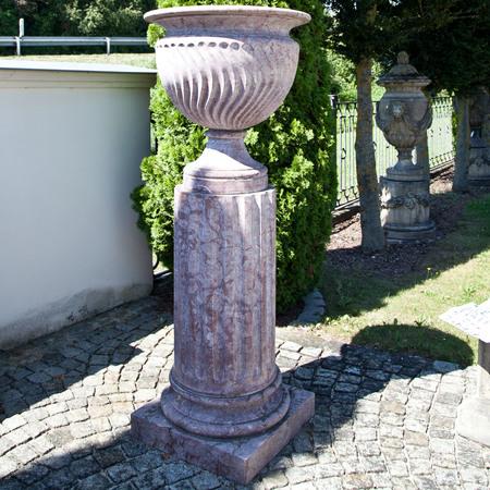 Paar monumentaler Marmorsäulen mit Vasen, 20. Jhd.