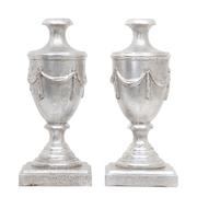 Silberne Holzbekrönungen in Urnenform