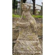 Weibliche Figur am Brunnenbecken sitzend