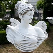 Geflügelte Frauenbüste, 21. Jahrhundert