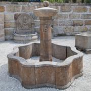 Brunnenanlage mit geschweiftem Beckenrand