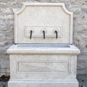 Wandbrunnen aus Giallo d'Istria, 21. Jahrhundert