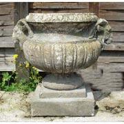 Gartenvase mit Widderköpfen