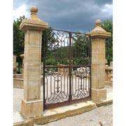 Antikes Tor mit Säulen